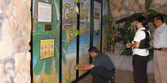 "SAT officers closing down ""Golden Island"" casino. Photo http://sipse.com"