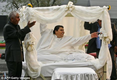 Manuel Uribe World's heaviest man, married his second wife Claudia from his bed.