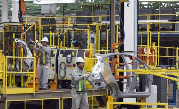 Workers assemble an automobile at a plant in Cuautitlan, Mexico. (Photo: EFE/File)