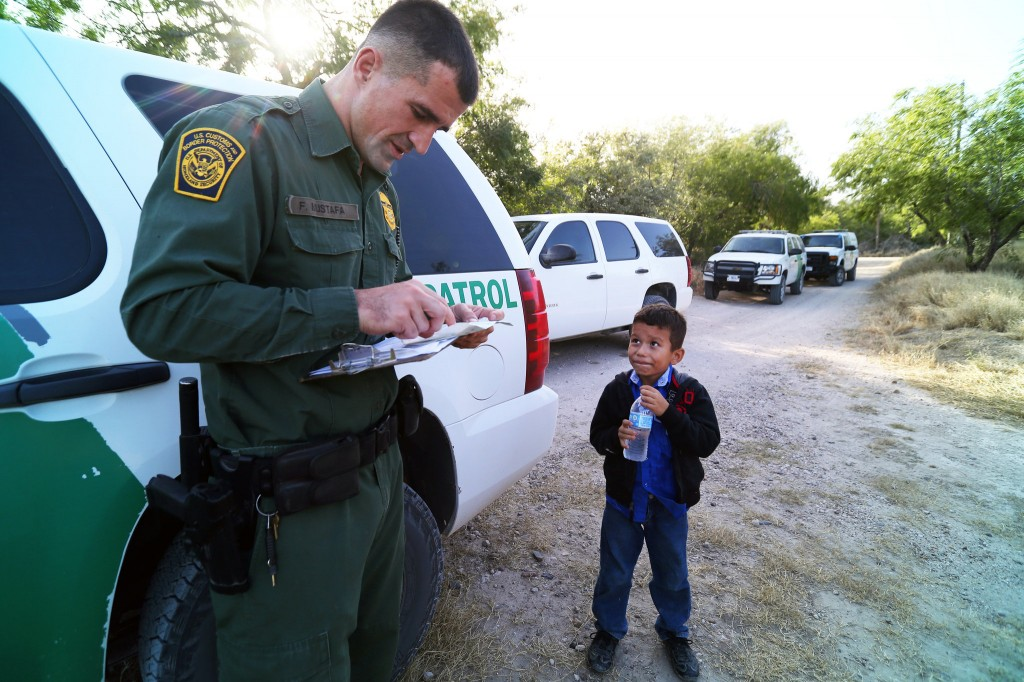 A photograph illustrates the current immigration crisis in one image (Photo NYTimes)