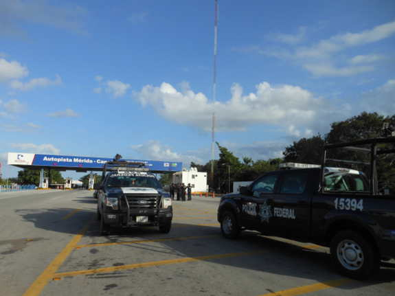 Federal Police vehicles on the Mérida - Cancún Highway