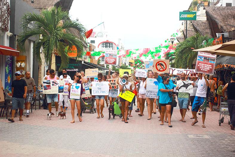 Protesters Marching Down La Quinta Avenida in Playa del Carmen (Photo: Carlos Underwood)