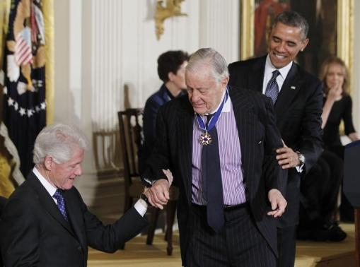 Journalist Bradlee is helped to his seat by former U.S. president Clinton and U.S. President Obama after he was presented the Presidential Medal of Freedom in Washington (Photo: Reuters)