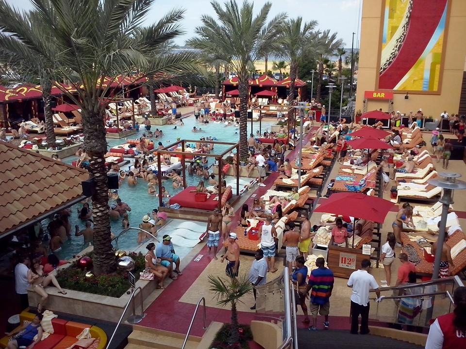 H2O Pool + Bar at Golden Nugget Casino