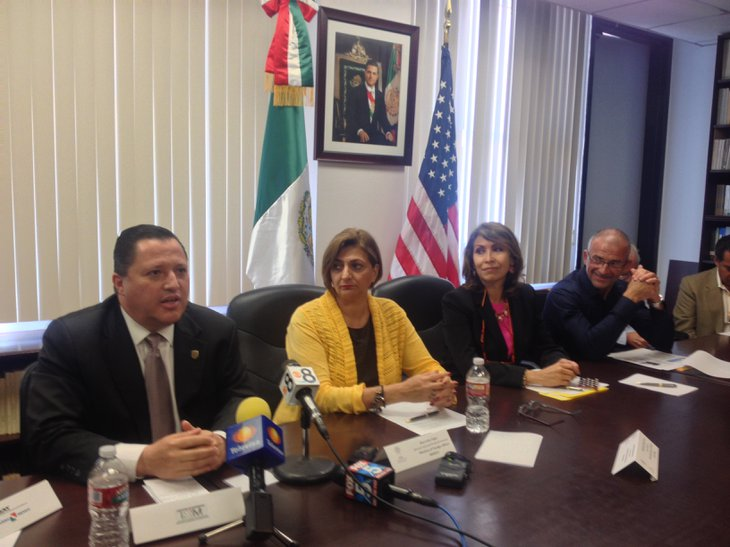 Rodulfo Figueroa left head of Mexico's federal immigration office in Baja California (Photo: http://www.utsandiego.com/)