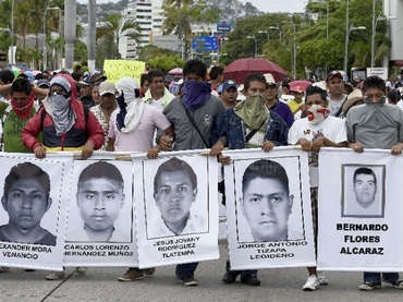 "Protesters chant: ""We want them alive"" (Photo: El Informador)"
