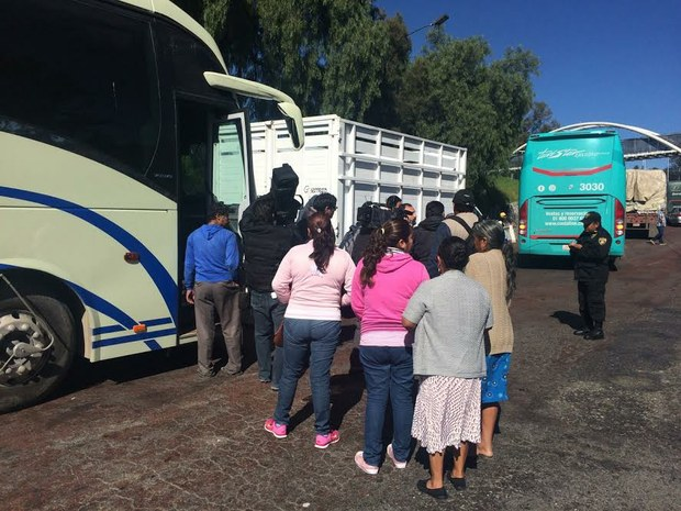 Relatives of the 43 missing students boarding a bus in Ayotzinapa (Photo: la jornada)