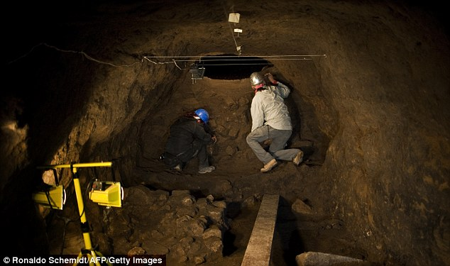 Archaeologists work inside a tunnel found under the ruins of the Feathered Serpent Temple (Photo: dailymail.co.uk)