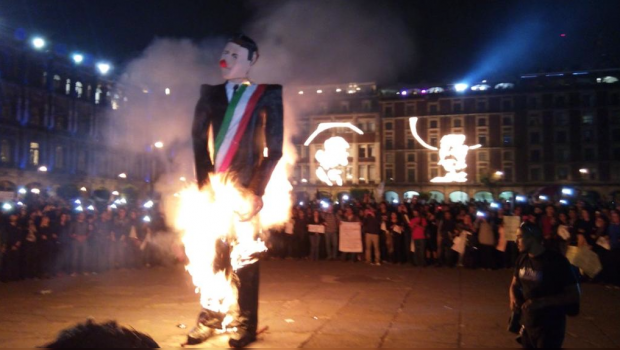 10 feet tall Piñata of Peña Nieto burning in Mexico City (Photo: SDP Noticias)