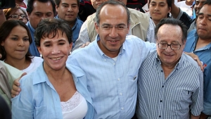 "Roberto Gómez Bolaños ""Chespirito"" and his wife Florinda Meza with former Mexican President Felipe Calderón (Photo: Google)"