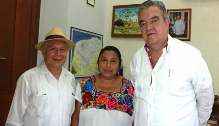 Antonio 'Abuelo' Oxté and x'men Damiana Chan Mukul with Eric Rubio Barthell (Photo: SIPSE)