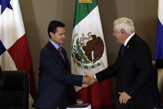 Mexico's President Enrique Pena Nieto (L) and his Panamanian counterpart Ricardo