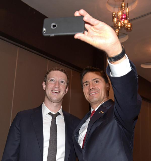 Peña Nieto's selfie with Zuckerberg goes viral (Photo: www.sopitas.com)