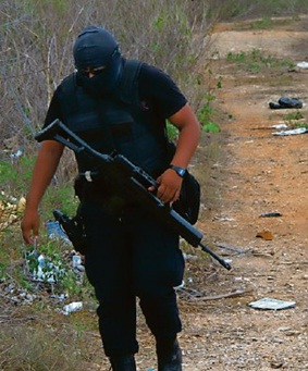 Police Officer searching the area (Photo: yucatan.com.mx)