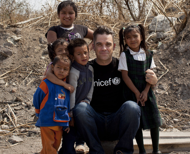 Musician Robbie Williams meets children living in slums in Mexico (Photo: UNICEF)