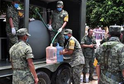 Soldiers deliver water to thirsty neighborhoods in Pueblo Nuevo. (RODRIGO MAGAÑA/EL HERALDO DE TABASCO)