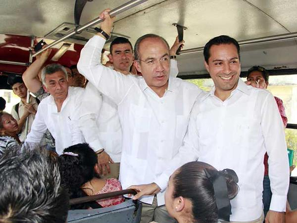 Mauricio Vila and former Mexican President Felipe Calderon on board a public transportation unit in Merida (PAN)