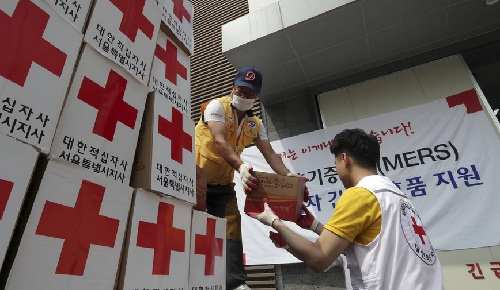 Relief items intended for people isolated at home are unloaded at the Red Cross Emergency Relief Operation Center in Seoul, South Korea, Thursday. (PHOTO: ASSOCIATED PRESS)