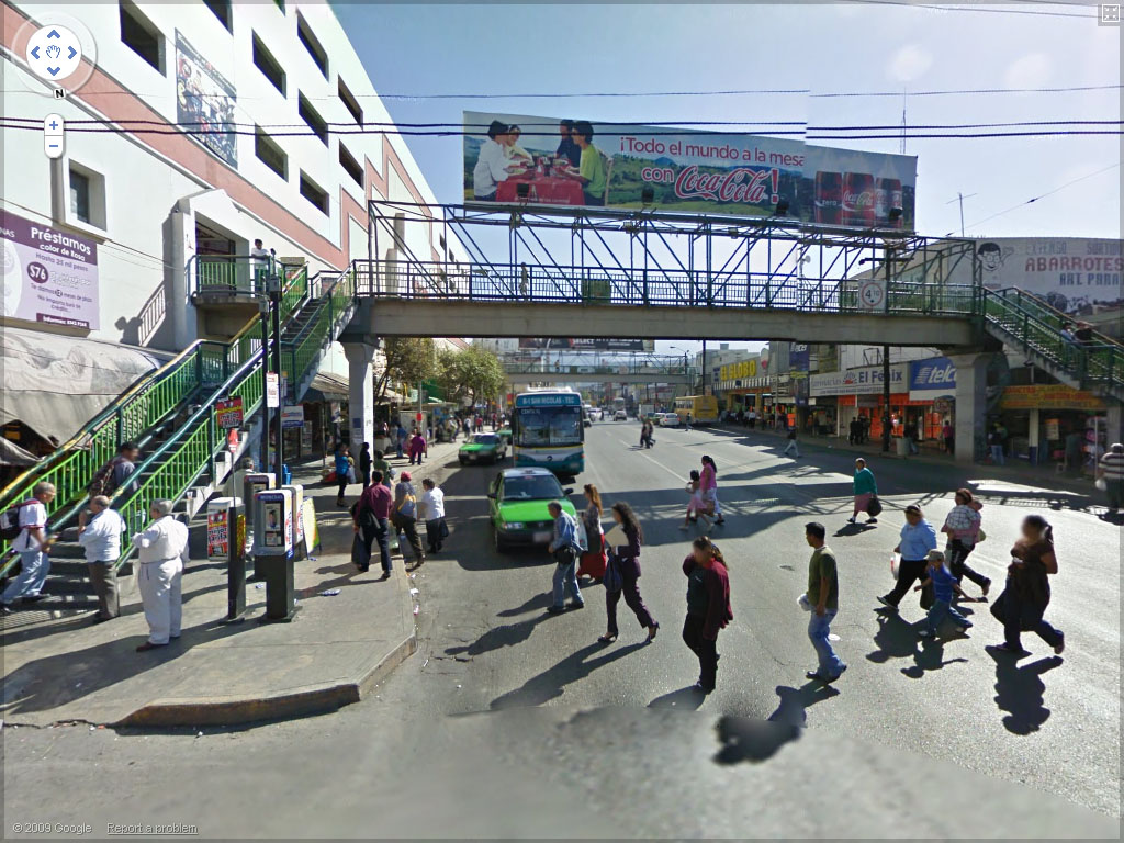 Mexican pedestrians risking their lives instead of using bridge (diariodemexico.com.mx)
