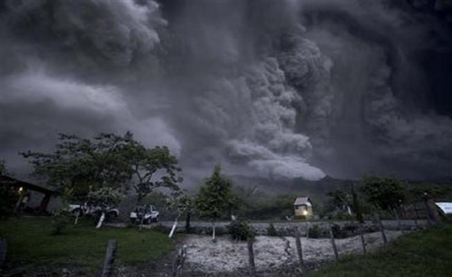 "Civil protection officials described the volcano's movements as ""atypical,"" a kind of activity not seen since it underwent a strong eruption in 1913. (Photo: AP)"