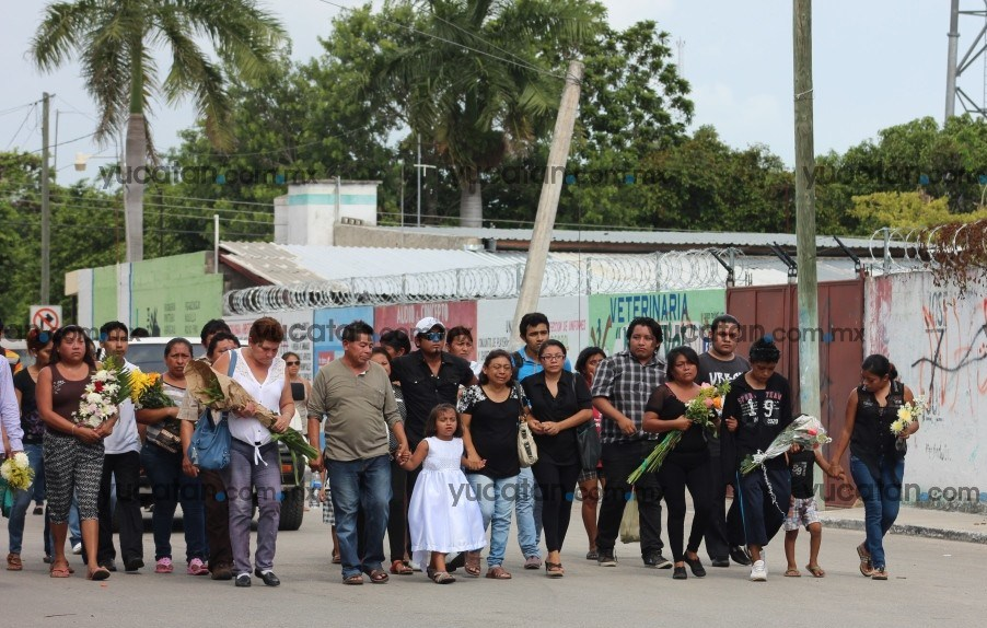 Family and friends of Alejandrina walking towrds Uman Cemetery for her burial (Photo: yucatan.com.mx)