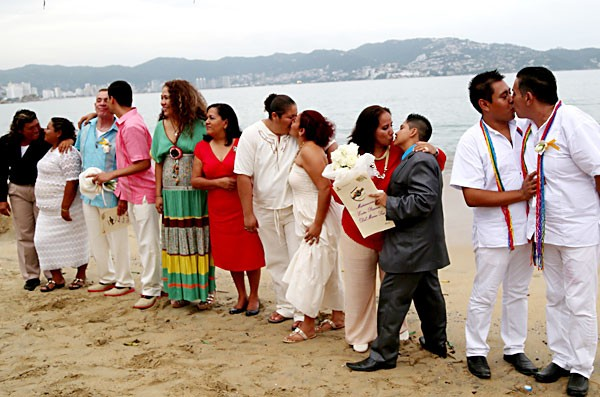 20 gay couples wed in group ceremony in Acapulco(Photo: El Dictamen)