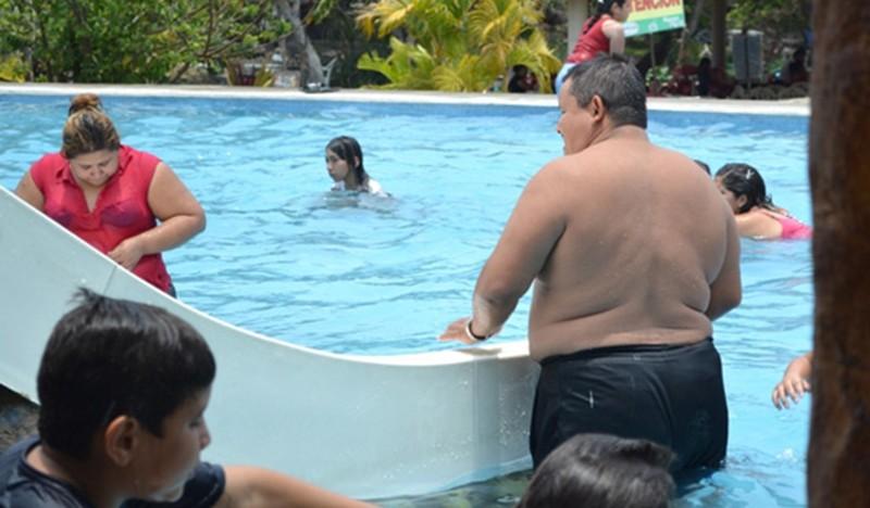 obesidad_alberca-800x468