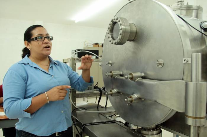 Araceli Rios Flores, project manager, says that the use of the garments is focused for cold climates, as this technology uses solar radiation to heat the body during the day. (Photo: Milenio Novedades)