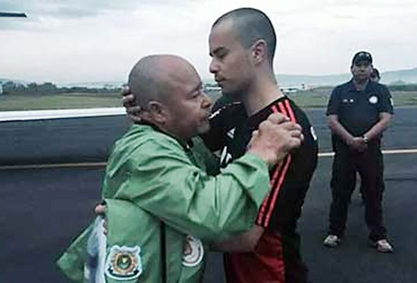 Montes de Oca is greeted by his father after his release from jail. (Photo: Mexico News Daily)