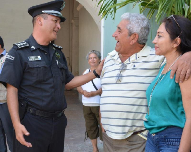 Photo: Diario de Yucatan Progreso Police Subdirector Juan Carlos Morales Silva greets new Mayor José Cortés Góngora.