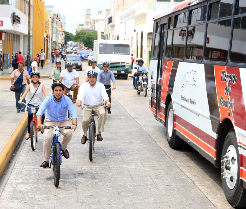 Mauricio Vila riding his bike across Merida's downtown (PHOTO FERNANDO ACOSTA YAM / DY)