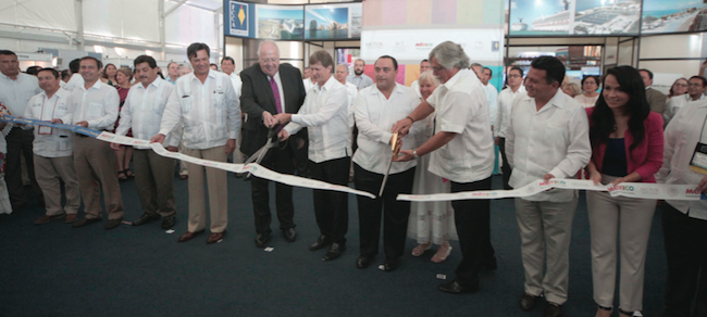 Gov. Roberto Borge Angulo (C) and other officials cut the ribbon to inaugurate the meeting of cruise companies. (PHOTO: THE NEWS)