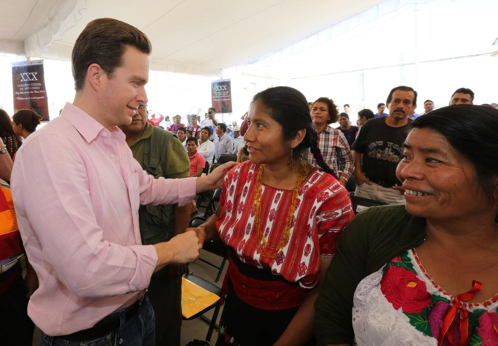 Governor of Chiapas Manuel Velasco Coello at the Fray Bartolomé de Las Casas State Crafts Competition awards (Google)