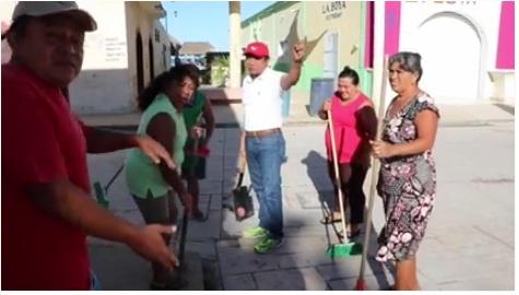 Mayor Lionel Rosado Mena at work in Celestún (Photo: