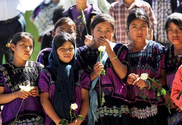 """CHENALHÓ, CHIAPAS, 17 ENERO 2014.- Tzotziles realizan una ceremonia para festejar el regreso a su comunidad el ejido """"Puebla"""" tras haber sido desplazados por cuatro meses. Durante 10 días realizarán el corte del café. Autoridades del gobierno y ONG's, así como la Comisión Estatal de Derechos Humanos, estuvieron presentes durante su regreso. Se espera que finalmente lleguen a un acuerdo de paz para regresar definitivamente a sus hogares. FOTO: ELIZABETH RUIZ /CUARTOSCURO.COM"""
