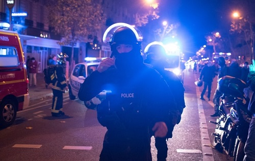 Elite police officers arrive outside the Bataclan theater in Paris, France, Wednesday, Nov. 13, 2015. (AP / Kamil Zihnioglu)