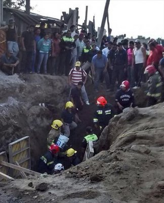 PHOTO: EFE Rescuers trying to reach the bodies of two workers who were buried after an earthquake measuring 5.6 on the Richter scale rocked central and southern Mexico, in Cocotitlan, Mexico on Nov. 23, 2015. EFE