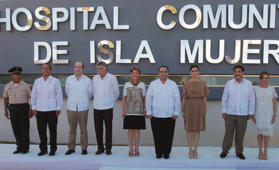 Gov. Roberto Borge (4-R) attended the inauguration of the new Isla Mujeres Community Hospital. (Photo: THE NEWS)