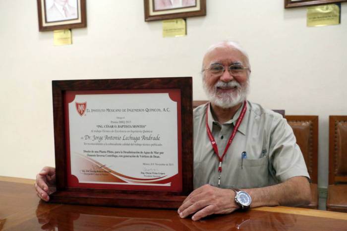 Prof. Jorge Lechuga Andrade with his recognition by the Mexican Institute of Chemical Engineers. (Photo: Milenio Novedades)