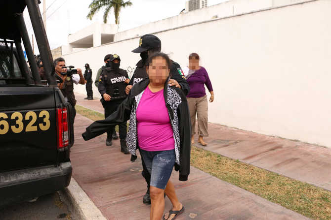 Suspects were taken to the premises of the Attorney General's Office (PGR) to define their legal status.(Photo: SIPSE)