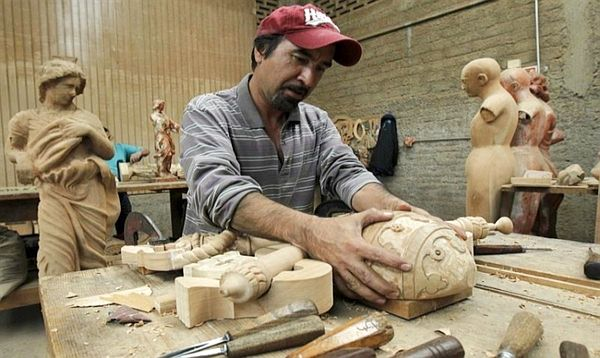 The unique hand-carved, cedar wood pieces, are two sculptures, the official emblem of the Vatican, three chairs and a reading lectern, Mexican sculptor and painter Agustín Parra told EFE. (Photo: Banderas News)