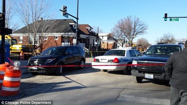 Police cordon off a home after a woman, a child and four men were found dead inside, in Chicago's south side (Photo:dailymail.co.uk)