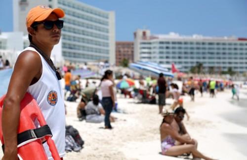 Lifeguards patrol crowded Cancun beaches. (PHOTO: rivieramayanews.com)