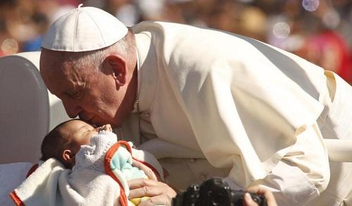 Pope Francis kisses a baby in San Cristobl de las Casas Chiapas (Photo: ABC News)
