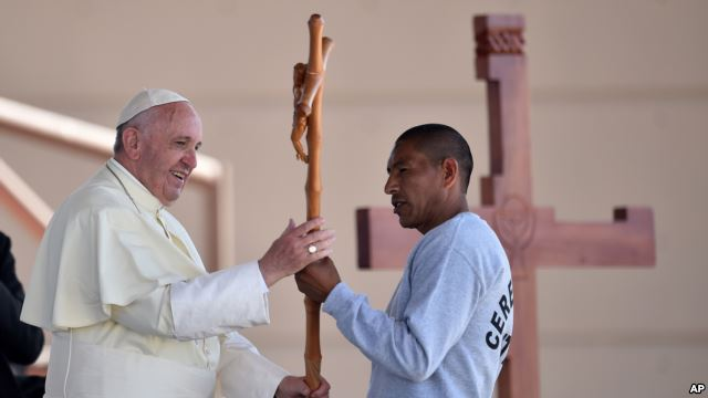 Pope Francis receives a cross made by an inmate at the CeReSo n. 3 prison in Ciudad Juarez, Mexico, Feb. 17, 2016. (Photo: AP)