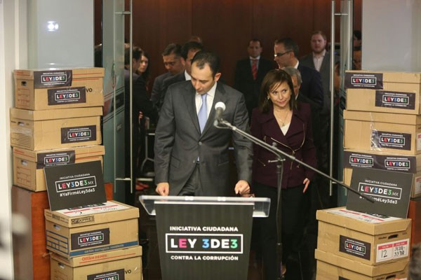 The 3de3 initiative is delivered to the Senate.(Photo: Mexico News Daily)