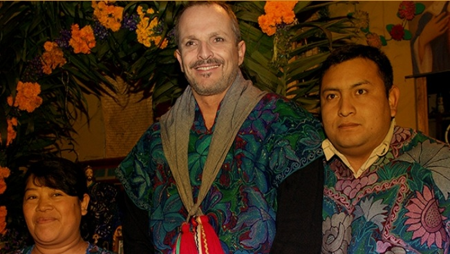 Miguel Bosé with indigenous people in Mexico (Photo: Google)