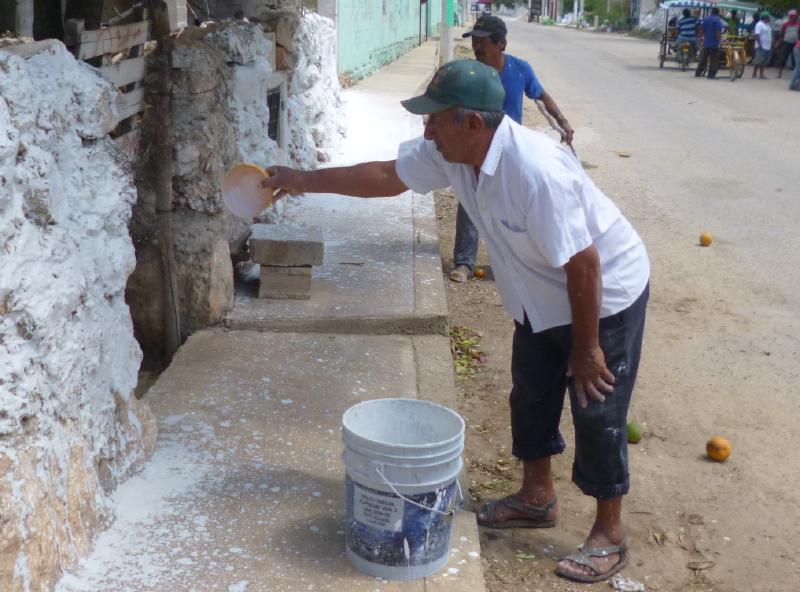 Man painting his house wall in Maxcanú (Photo: yucatan.com.mx)