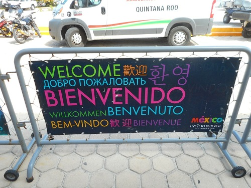 Cancun welcome signs in many languages reflect diversity of visitors' origins. (PHOTO: Robert Adams)