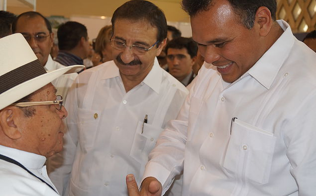 Rafael Chay Arzápalo with Governor Rolando Zapata (Photo: vocabularioilusmaya.wix.com)
